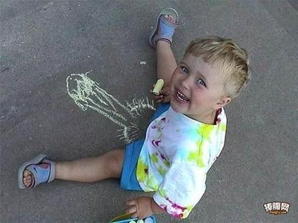 孩子用粉笔亲手绘出理想