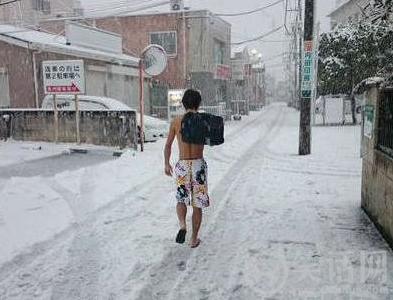 一逗比汉子在雪天行走
