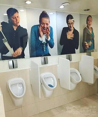 这样上厕所,应该直接就能憋回去了吧